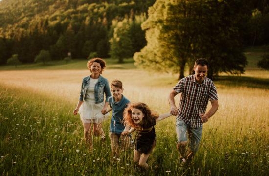 družinska fotografija na travniku v naravi celje