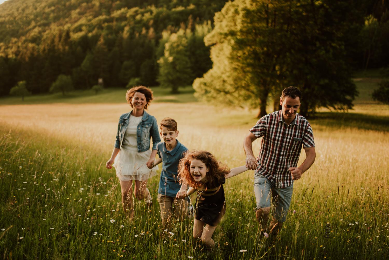 družinska fotografija celje polje trava